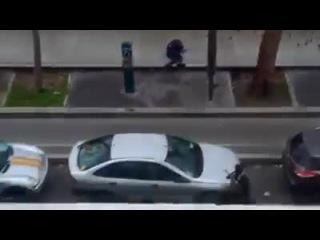 Нападение на офис Charlie Hebdo произошло в 11:30 утра 7 января (13:30 мск). Вооруженные автоматами и гранатометами мужчины устроили в редакции стрельбу. Атака сопровождалась криками «Аллах акбар» и «Мы отомстили за пророка». В результате нападения, по последним данным, погибли 12 человек, в том числе полицейские и сотрудники журнала. Среди погибших четыре карикатуриста еженедельника, в том числе главный редактор издания Стефан Шарбонье. Нападавшим удалось скрыться. Их поиском занимается француз